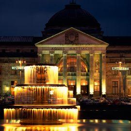 Wiesbaden: Kurhaus, abends
