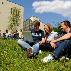 06_Studenten_mit_Laptop_Wiese