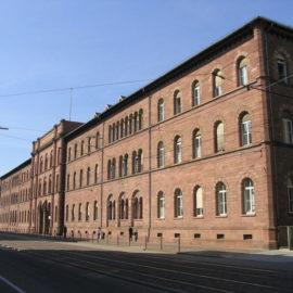 1200px-Karlsruhe_Uni_Hauptgebaeude