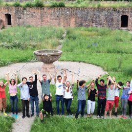 Bad-Duerkheim_Students-in-the-ruins_Gruppenbild_16x9