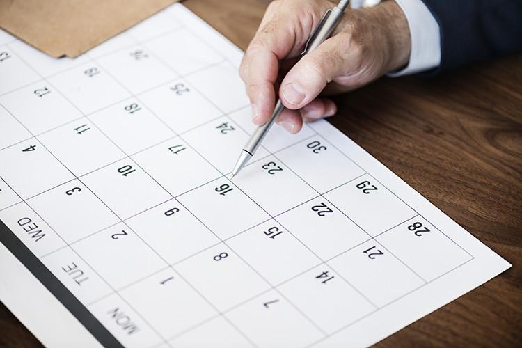 Businessman marking on calendar for an appointment Даты экзаменов в Германии