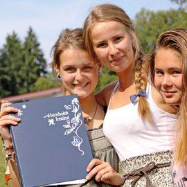 Lindenberg_Girls-w-folder_8597_16x9