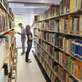 Pressefoto_ESB_Business_School_Studierende_Bibliothek_Gang_KS_130508