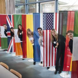 Pressefoto_ESB_Business_School_Studierende_International_mit_Fahnen_130413_KS