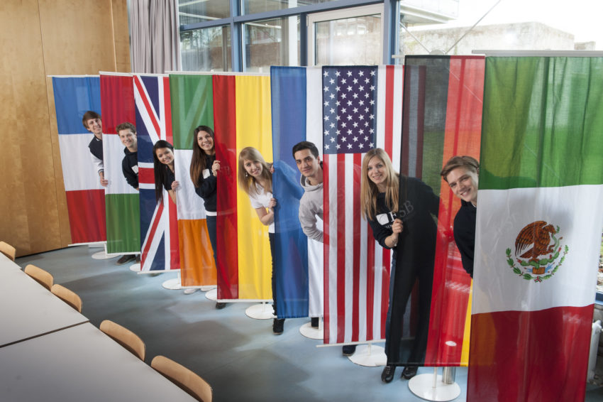 Pressefoto_ESB_Business_School_Studierende_International_mit_Fahnen_130413_KS